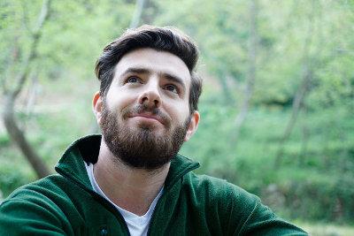 Mężczyzna z brodą zapatrzony w dal