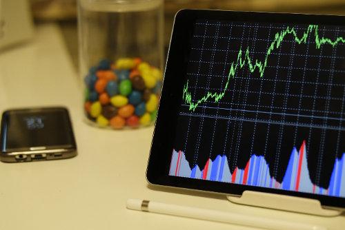 Wykresy widniejące na ekranie tableta