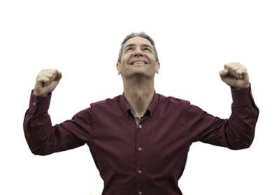 Zadowolony mężczyzna unosi do góry ręce